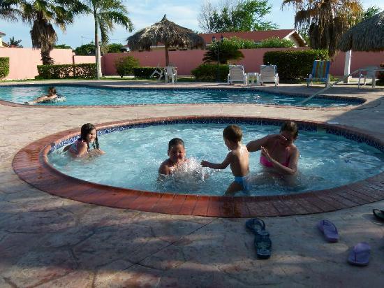 Sasaki Apartments : Mis hijos en la piscina