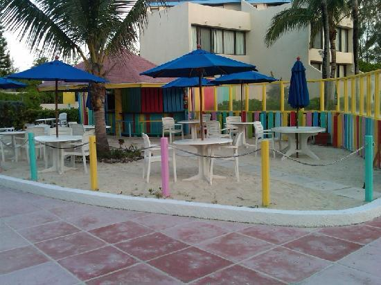 Blue Water Resort on Cable Beach: pool bar
