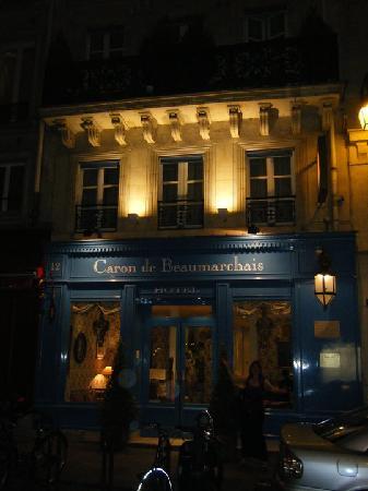 Hotel Caron de Beaumarchais: Caron de Beaumarchais at night!