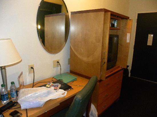 Executive Inn & Suites: Desk area