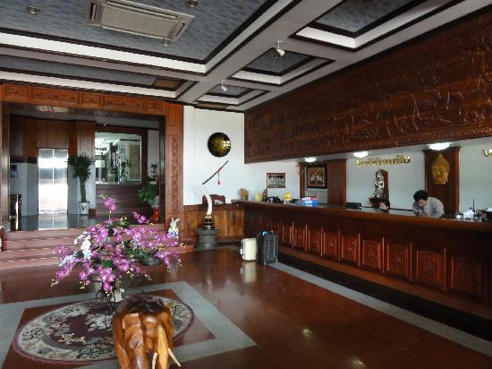 Vansana Riverside Hotel: フロントロビー