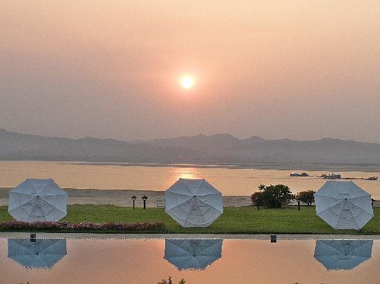 Bagan Thiripyitsaya Sanctuary Resort : sunset over the river and the pool