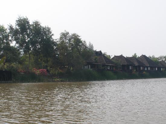 Inle Princess Resort : chalets overlooking the lake