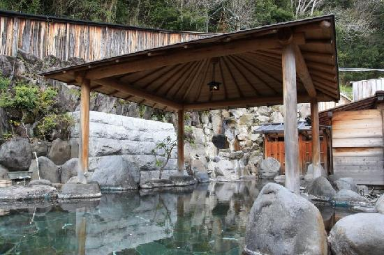 Sanpoen : 泳げるほど大きな露天風呂。