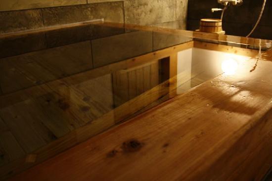 Sanpoen : 創業より愛されてきたという檜風呂。