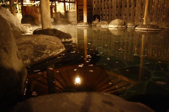 Sanpoen: 湯量豊富な自家源泉の湯処。