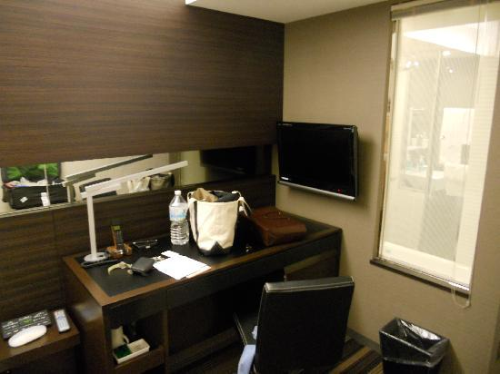 Hotel Brighton City Osaka Kitahama: the desk next to the bed