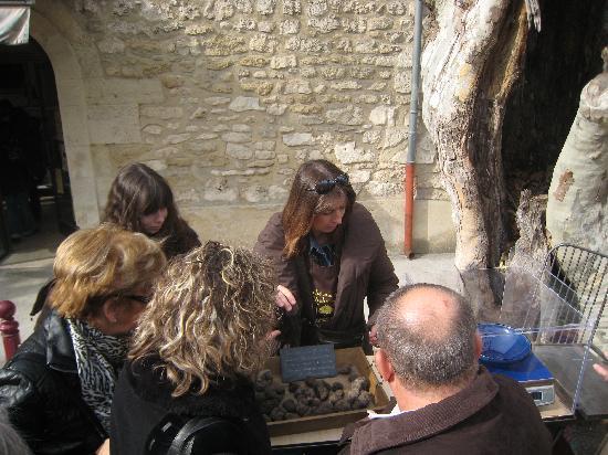 Le Mas des Sorcieres : Visite du marché aux truffes de Richerenches