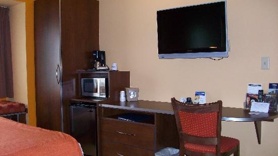 Microtel Inn & Suites by Wyndham Verona: Wardrobe, desk and TV