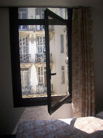 Hôtel plaisance : large window