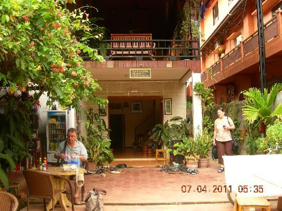 Happy Guest House: The outdoor area