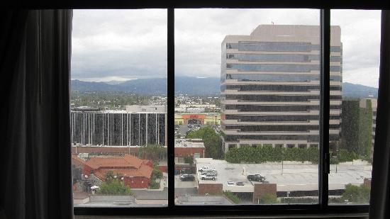 Hilton Woodland Hills/Los Angeles: More of View from Room 835, Overlooking BJ's Restaurant & Parking Lot