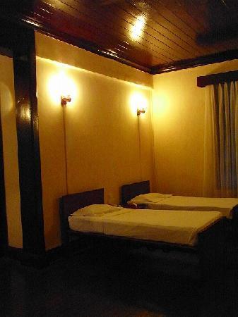 Queen's Hotel: 最後に泊まった部屋。パッと見は悪くなかったのですが・・・