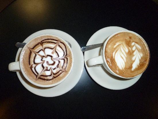 Cafe Cuatro Sombras: Cappuccino and mocha - artwork in a cup