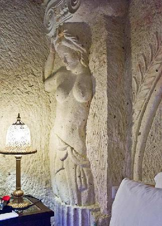 Perimasali Cave Hotel - Cappadocia: Her side of the bed