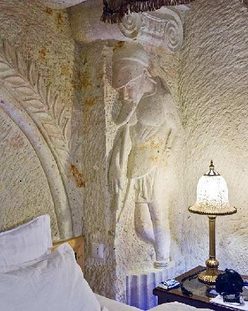Perimasali Cave Hotel - Cappadocia: His side of the bed