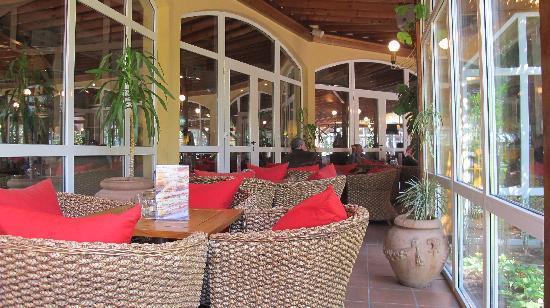 Rogner Hotel Tirana: Bar