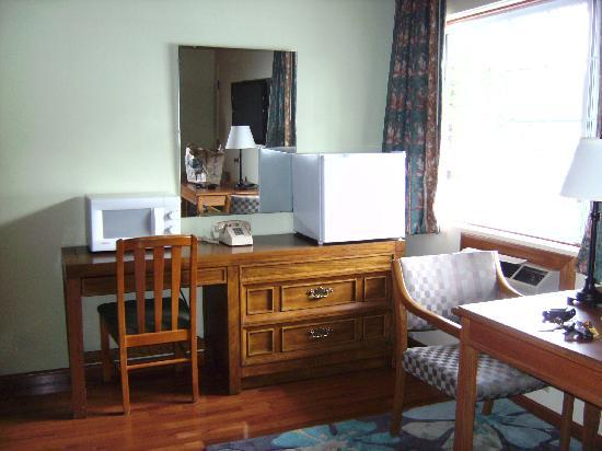 Timbers Motel: Timbers-Desk and Dresser view