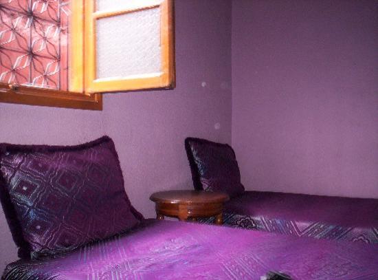 Heart of the Medina Backpackers Hostel: Betten und Fenster