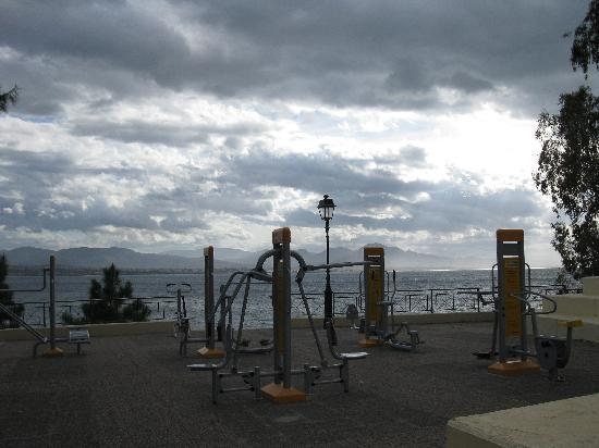 Loutraki, Griekenland: open gym near the sea at winter