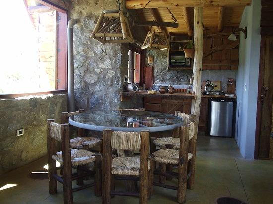Cabanas Los Arroyitos : comedor de la cabaña
