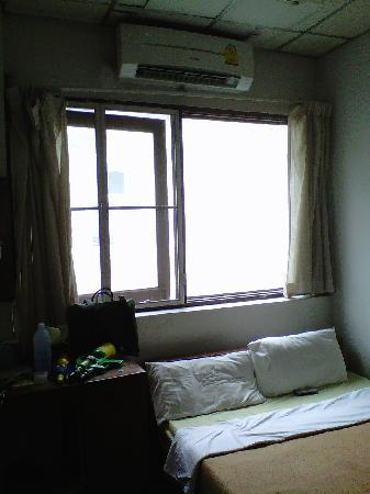 Tapae Inn Hotel: room