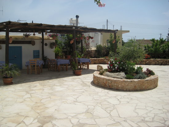 Liopetri, Chypre: Nice view of the restaurants courtyard