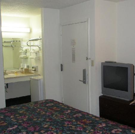 Motel 6 Wichita East : Fridge, sink