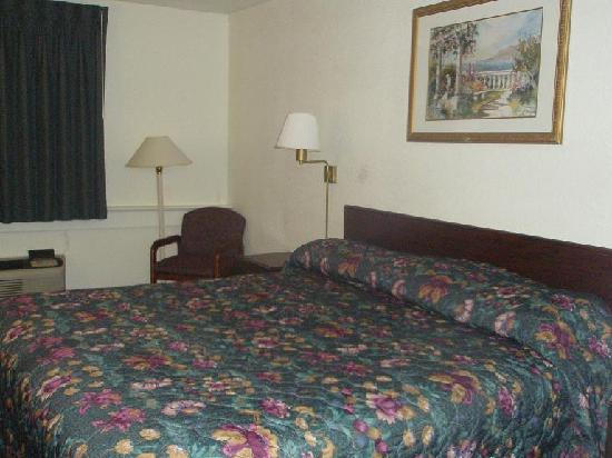 Motel 6 Wichita East: Bed, chair