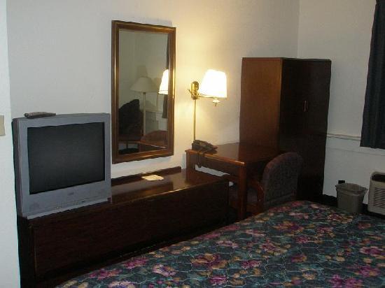 Motel 6 Wichita East : TV, desk