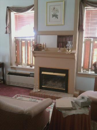 Oak Valley Inn: Oak suite seating area w/ fireplace...