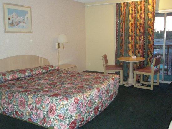 Rodeway Inn & Suites: Bed, table