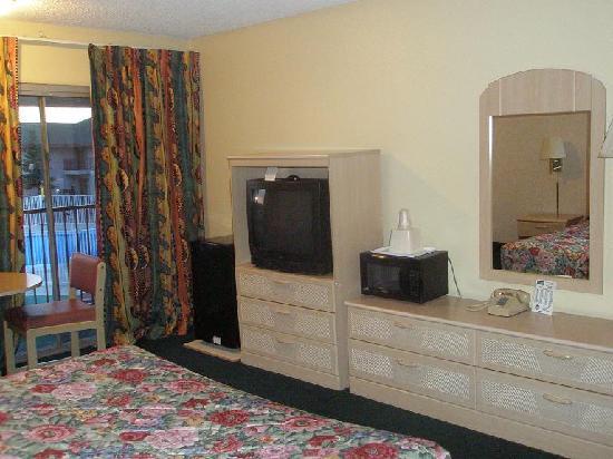 Rodeway Inn & Suites: Deck, pool, fridge, TV, micro