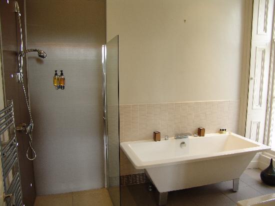 """โรงแรมเดอะซาลิสบิวรี่: bathroom of """"Salisbury"""" room"""