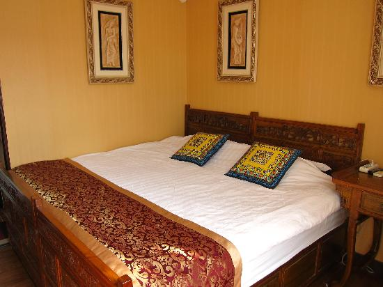 Courtyard View Hotel (Emperors Guards Station HouHai): Bed in standard room