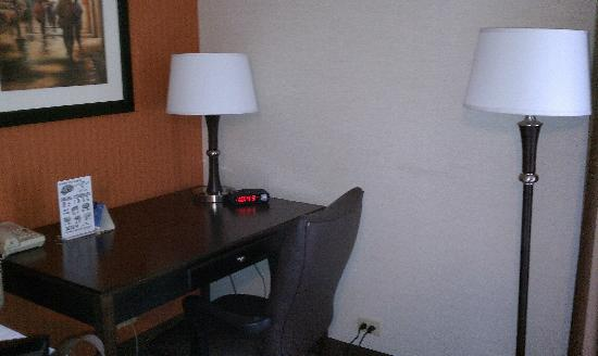 Holiday Inn Express Wilkes Barre East : Desk