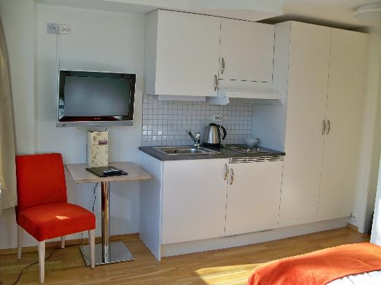 City Living Hotel & Apartments: Nice small kitchenette in a studio apartment.