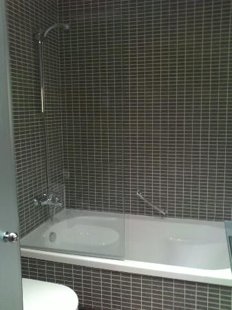 AC Hotel Zizur Mayor: Ducha y bañera