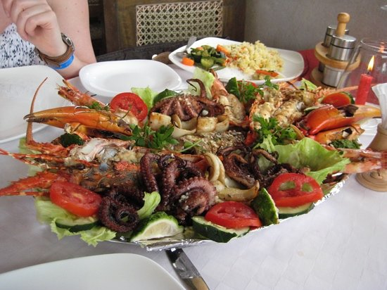 Mtwapa, Κένυα: The most amazing seafood platter. 2 lobster, 3 prawns, 3 octopus, 2 crab claws, loads of calamar