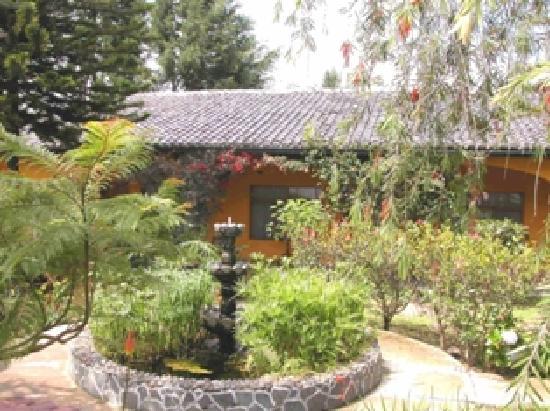 Sangolqui, Ekwador: Garten vor den Zimmern