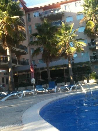 Apartamentos Pineda Park: Apartments from poolside