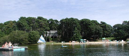 Pilgrim Village Cottages: Private Beach on White Pond