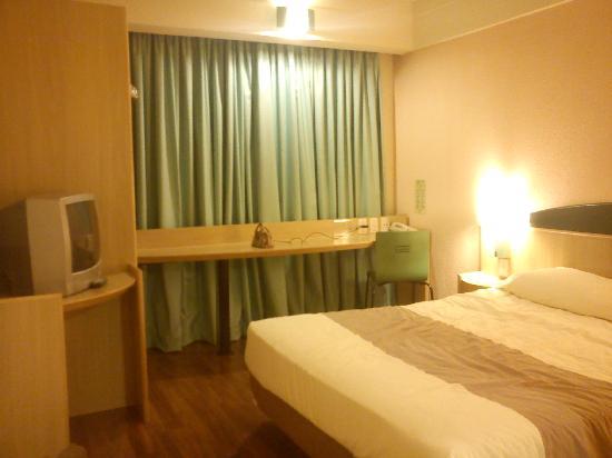 Ibis Guarulhos: Room: bed, TV