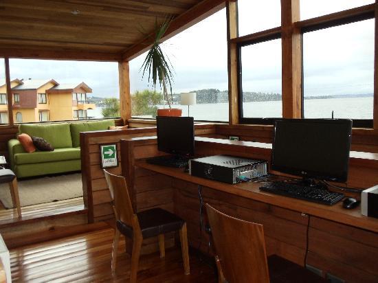 Puerto Chico Hotel: área dos computadores e estar