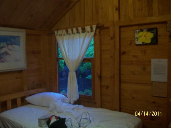 Floreana Lava Lodge: Interior de la cabaña.