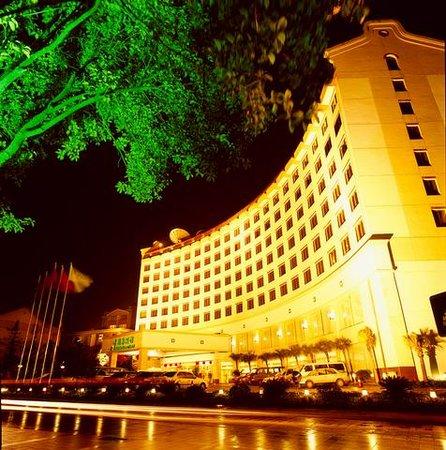 Guilin Bravo Hotel: Night Exterior