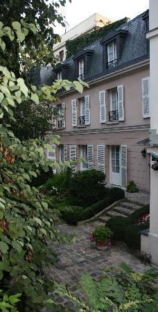 Hôtel des Grandes Ecoles : view out of our window to courtyard