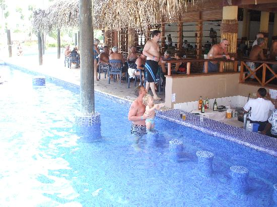 Sirenis Punta Cana Resort Casino & Aquagames: Sandy the pool bar guy