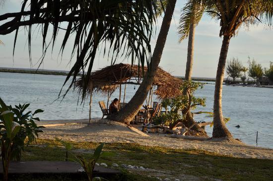 Blue Heaven Island lodge : guitarplaying in the morning