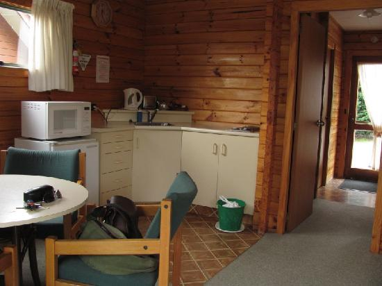 Forest Peak Motel: Kitchenette